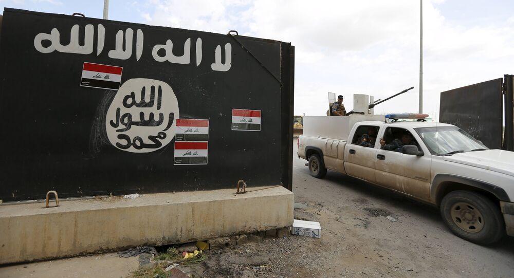 Las bandera de Irak sobre la bandera de Daesh