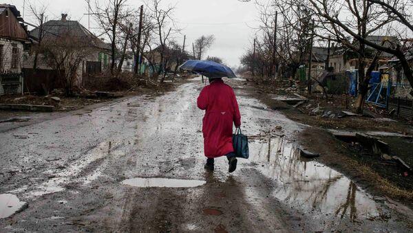Una mujer en Debáltsevo, Ucrania - Sputnik Mundo