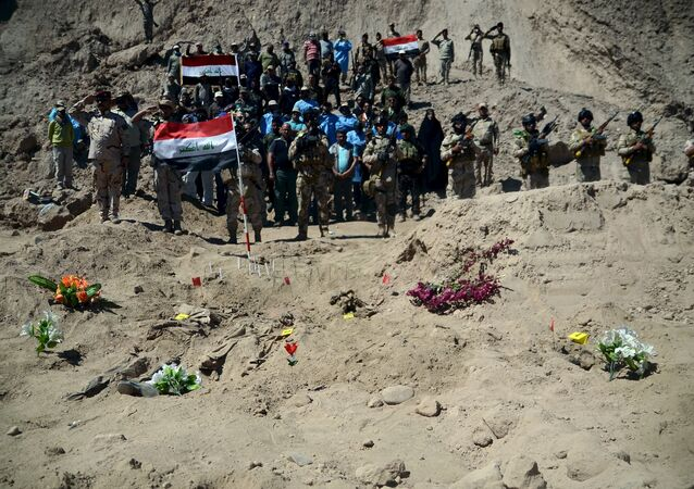 Fosas comunes de los soldados asesinados en la zona de Tikrit cerca del campo Speicher