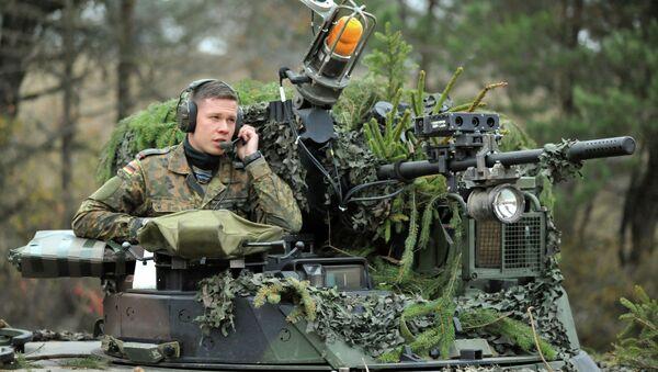 Un soldado alemán en un vehículo de combate de infantería Marder - Sputnik Mundo