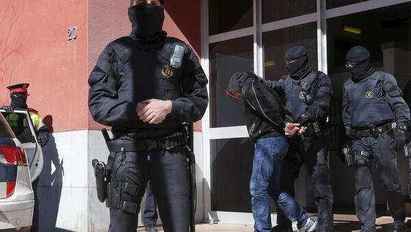 Mossos d'Esquadra custodian a uno de los detenidos en Sabadell - Sputnik Mundo