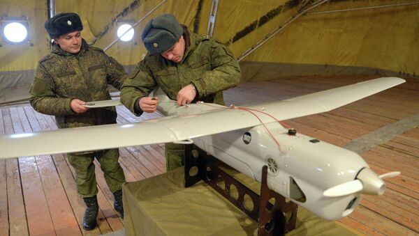 Soldados inspeccionan un aparato no tripulado Orlan antes del lanzamiento - Sputnik Mundo