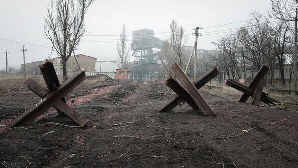 Uno de los poblados de Donbás, destruido durante de los combates en la región - Sputnik Mundo