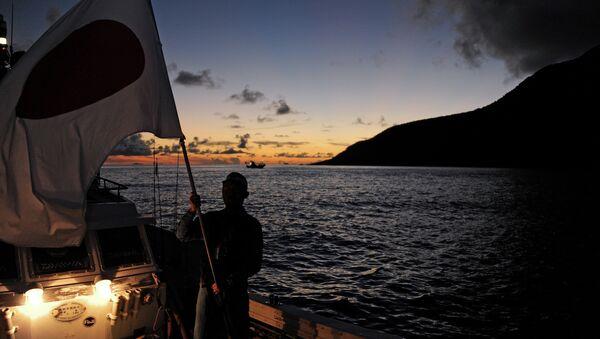 Un activista japonés cerca de las islas Senkaku - Sputnik Mundo