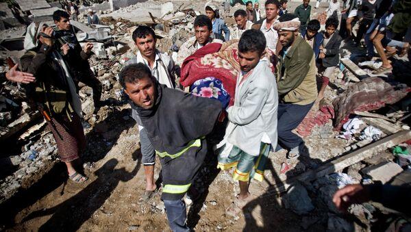 El ayatolá Jamenei tacha de genocidio los bombardeos árabes a Yemen - Sputnik Mundo