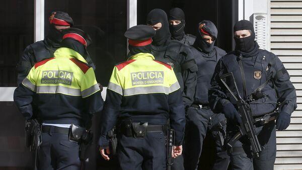 Policia catalana durante la operación contra el yihadismo en Sabadell. 8 de abril de 2015 - Sputnik Mundo