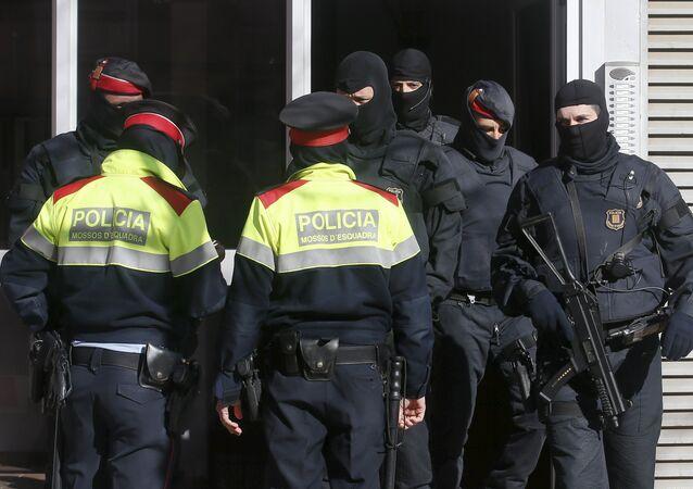Policia catalana durante la operación contra el yihadismo en Sabadell. 8 de abril de 2015