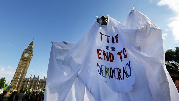 Manifestación contra TTIP en Reino Unido - Sputnik Mundo