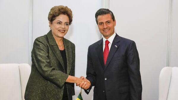 Brazil's President Dilma Rousseff (L) shakes hands with Mexico's President Enrique Pena - Sputnik Mundo