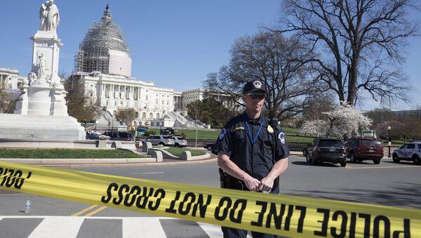 Police guard the U.S. Capitol grounds after a shooting took place - Sputnik Mundo
