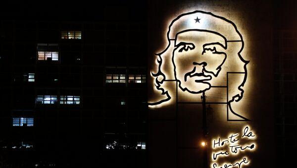 El edificio del Ministerio del Interior decorado con una escultura del héroe de la Revolución Cubana, Ernesto 'Che' Guevara - Sputnik Mundo
