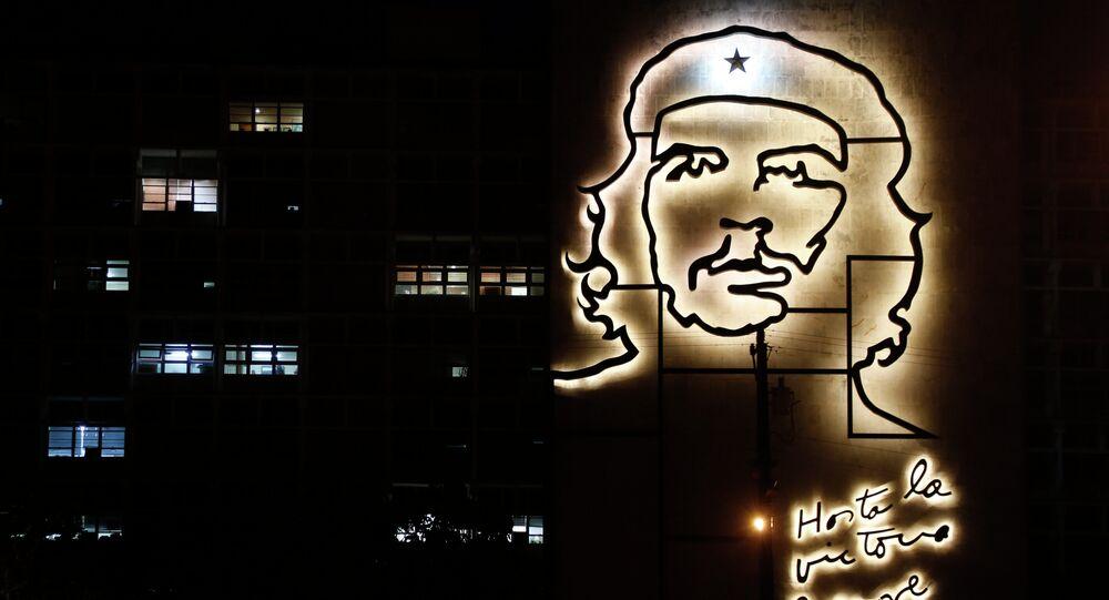 Edificio del Ministerio del Interior de Cuba, decorado con una escultura del héroe revolucionario Ernesto Che Guevara