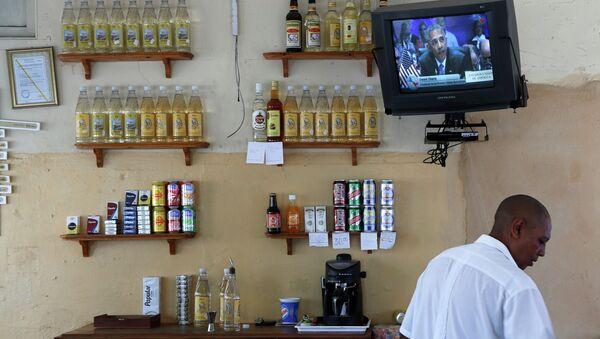 A worker tends bar in Havana, Cuba - Sputnik Mundo