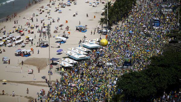 Manifestación antigubernamental en la playa de Copacabana - Sputnik Mundo