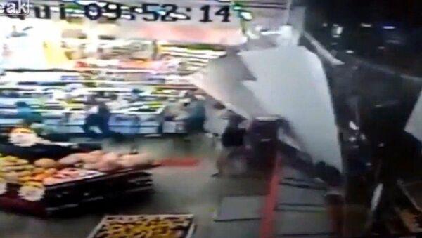 Colapsa un escaparate en un supermercado - Sputnik Mundo
