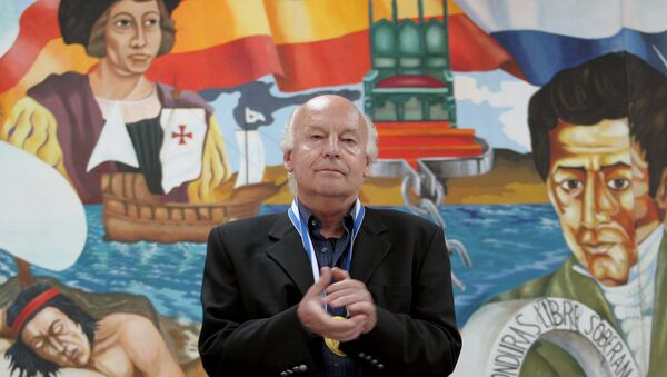 Uruguayan essayist, journalist and historian Eduardo Galeano acknowledges applause at the end of his speech at the National Pedagogical University in Tegucigalpa, in this October 3, 2005 file picture. - Sputnik Mundo