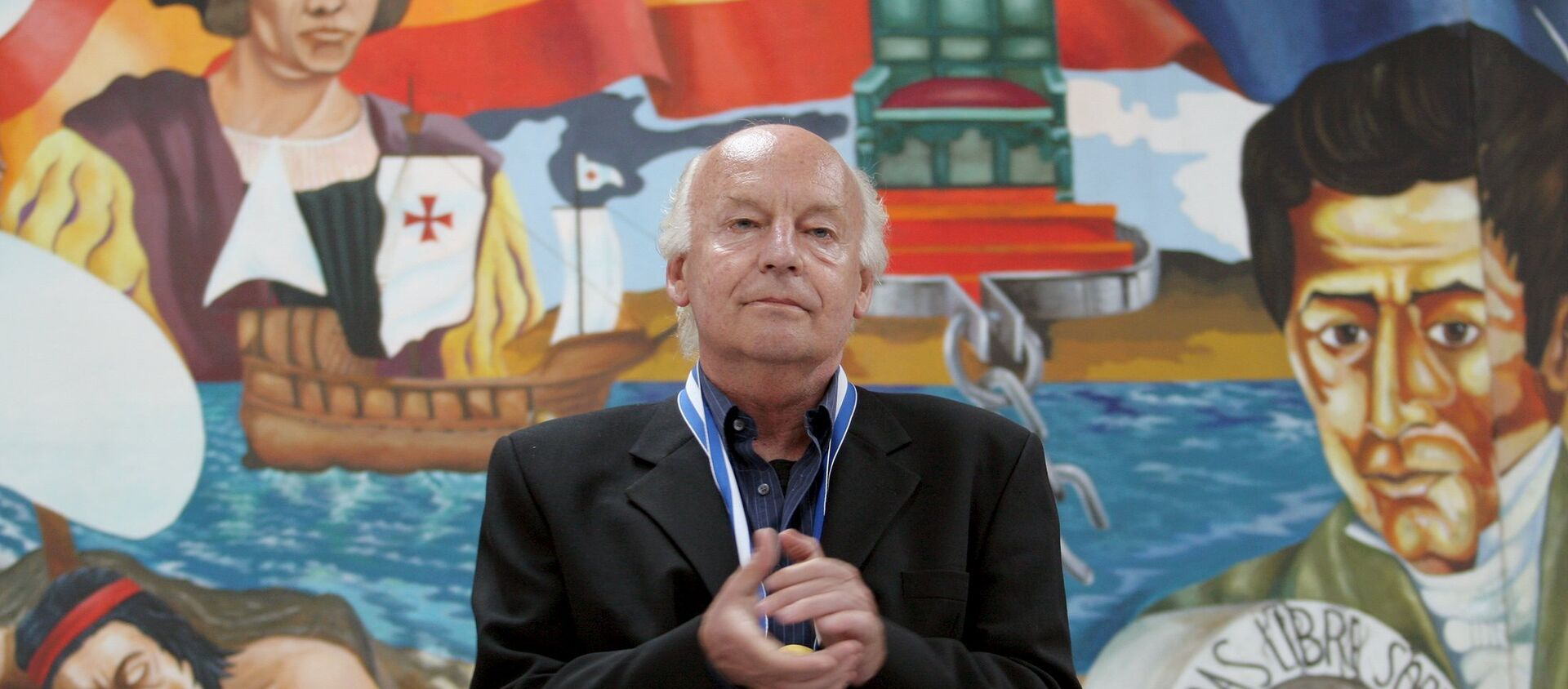 Uruguayan essayist, journalist and historian Eduardo Galeano acknowledges applause at the end of his speech at the National Pedagogical University in Tegucigalpa, in this October 3, 2005 file picture. - Sputnik Mundo, 1920, 03.09.2020