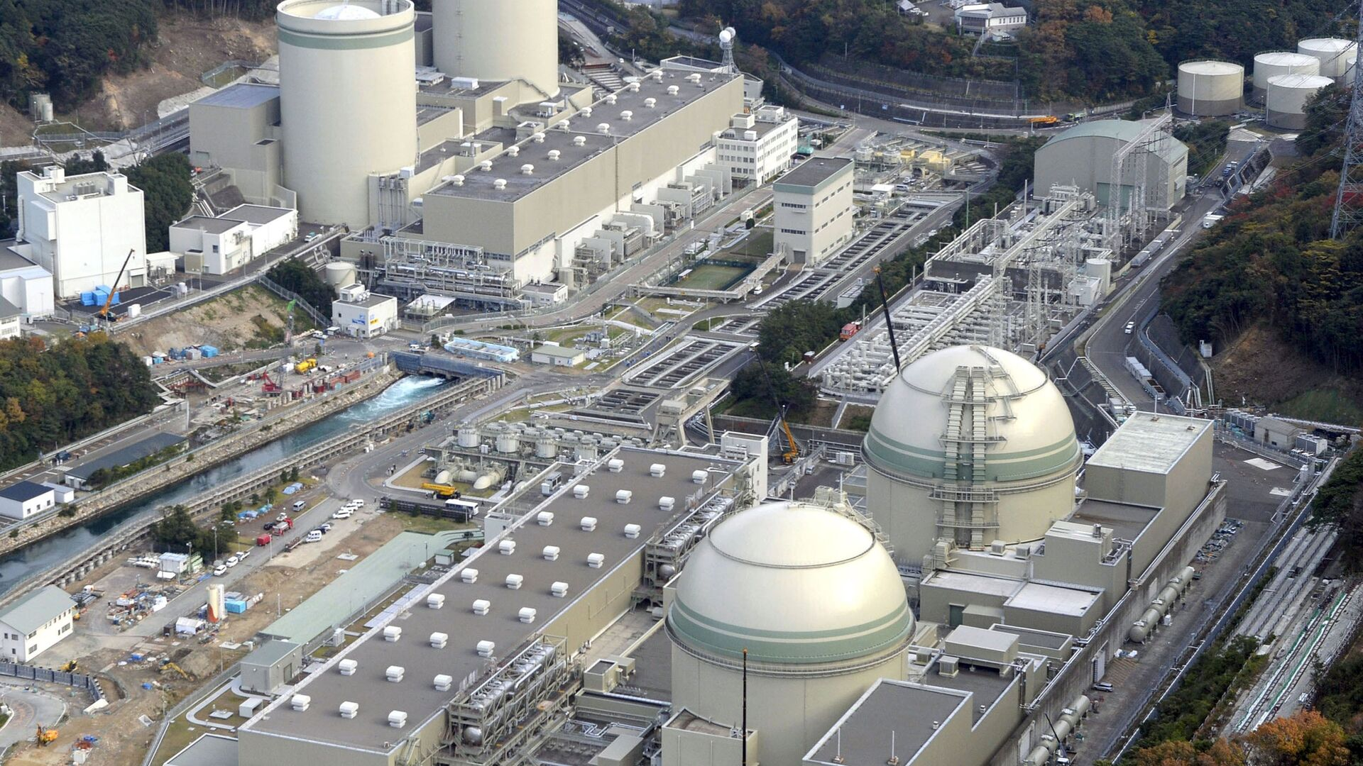 An aerial view shows No. 4 (front L), No. 3 (front R), No. 2 (rear L) and No. 1 reactor buildings at Kansai Electric Power Co.'s Takahama nuclear power plant in Takahama town, Fukui prefecture, in this photo taken by Kyodo November 27, 2014. - Sputnik Mundo, 1920, 11.03.2021