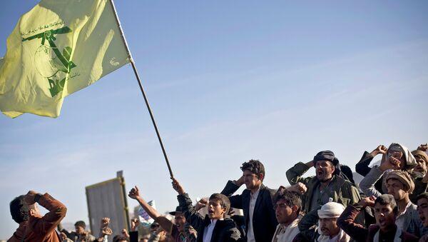 Hutíes de Yemen con la bandera de Hezbolá - Sputnik Mundo