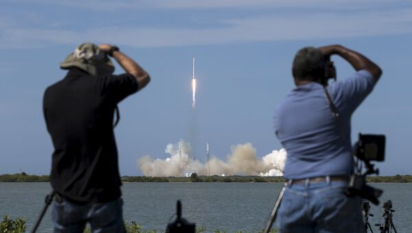 Photographers take pictures of the unmanned SpaceX Falcon 9 rocket with Dragon lifts off from launch pad 40 at the Cape Canaveral Air Force Station in Cape Canaveral - Sputnik Mundo
