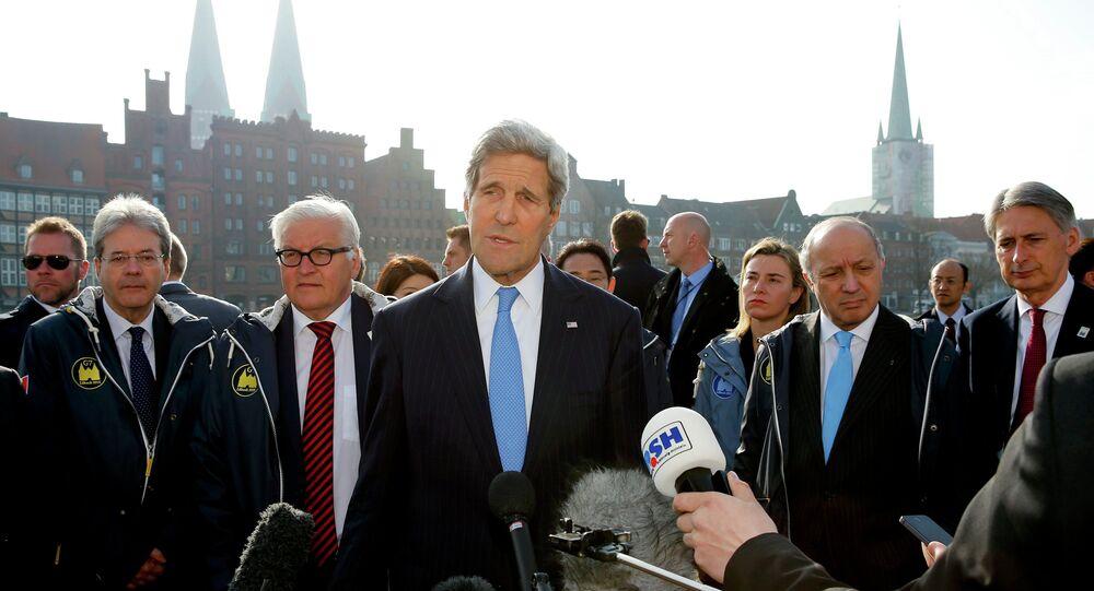 Secretario de Estado de EEUU, John Kerry, responde a las preguntas antes del inicio del encuentro de los cancilleres del G7 en Lübeck. 15 de abril de 2015