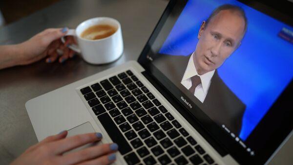 Una mujer esta viendo la emisión de la línea directa con Vladímir Putin - Sputnik Mundo