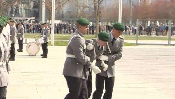 Un soldado alemán se desploma en plena ceremonia - Sputnik Mundo