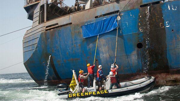 Activistas de Greenpeace asaltan el barco Oleg Naydenov (archivo) - Sputnik Mundo
