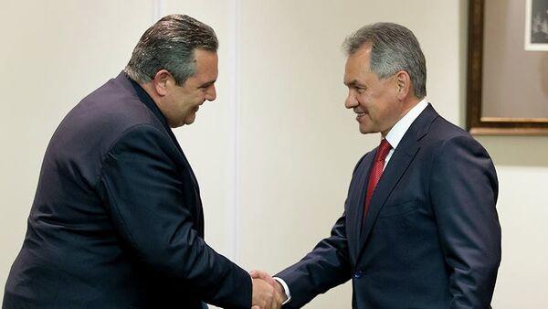 Ministro de Defensa de Grecia, Panos Kamenos y ministro de Defensa de Rusia, Serguéi Shoigú - Sputnik Mundo