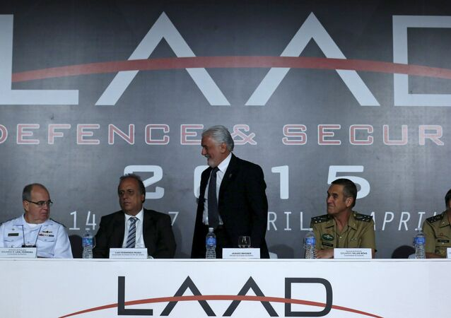 Ministro de Defensa de Brasil Jaques Wagner en la feria LAAD Defense & Security 2015