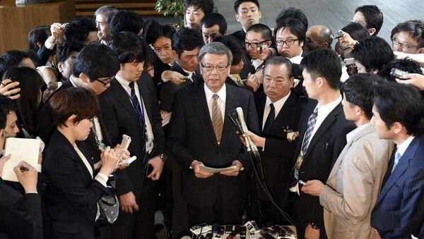 Takeshi Onaga, gobernador de Okinawa, durante la rueda de prensa después de la reunión con primer ministro Shinzo Abe - Sputnik Mundo