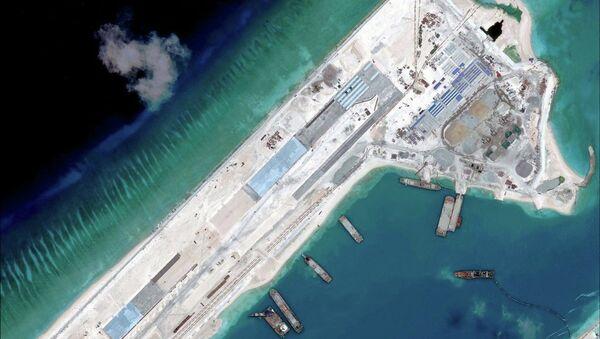 Construcción de una pista de aterrizaje en el noreste del arrecife Fiery Cross, situado en el archipiélago de islas Spratley - Sputnik Mundo