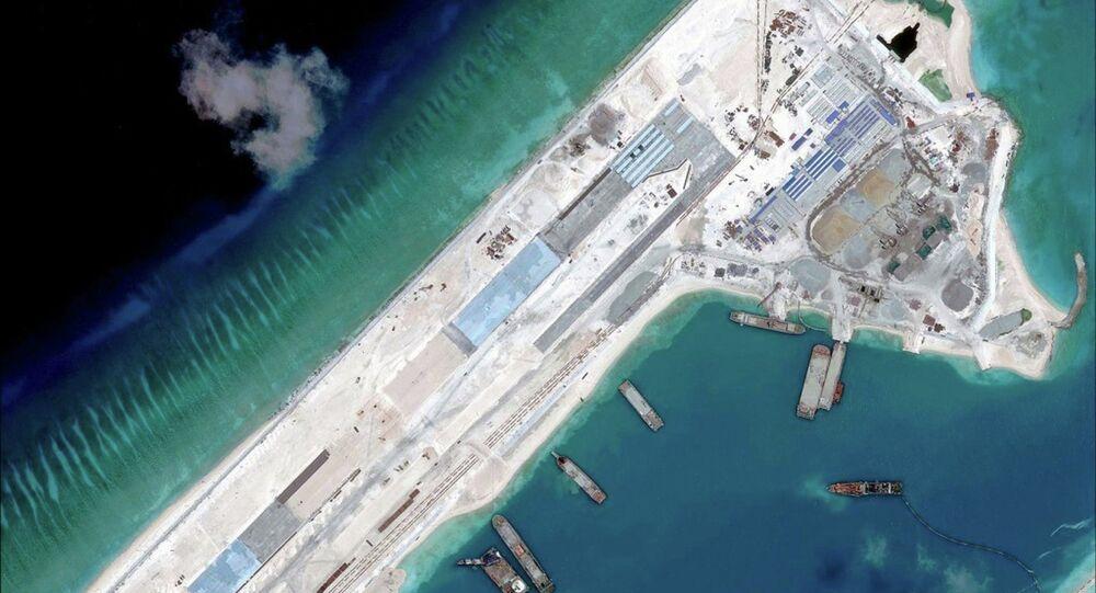 Construcción de una pista de aterrizaje en el noreste del arrecife Fiery Cross, situado en el archipiélago de islas Spratley