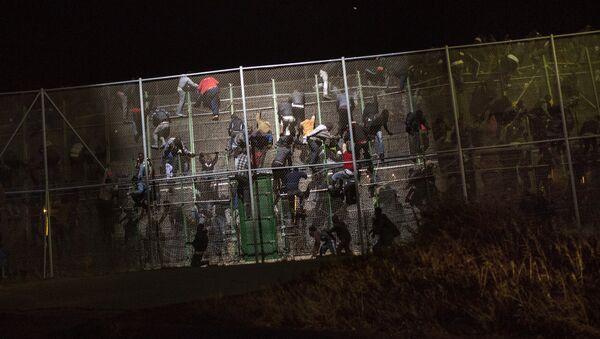 Inmigrantes ilegales saltan la valla de Melilla - Sputnik Mundo