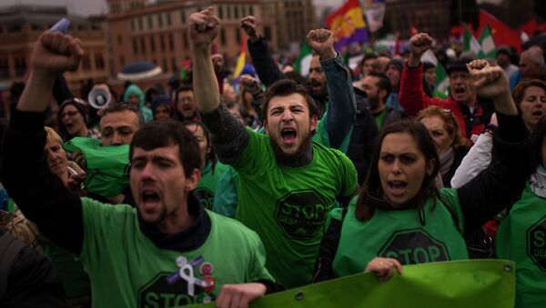 Protestors shout slogans during a Dignity March to protest against the Government in Madrid, Spain, Saturday, March 21, 2015. - Sputnik Mundo