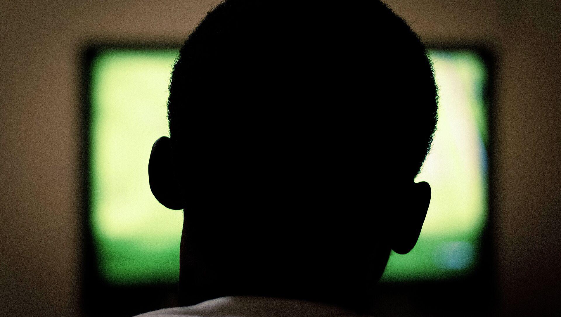 Un hombre ve la televisión - Sputnik Mundo, 1920, 02.10.2020