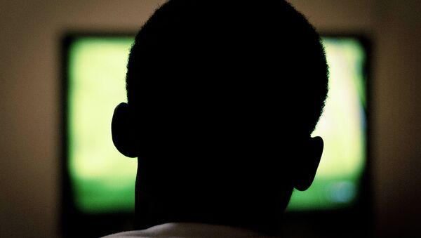 Un hombre ve la televisión - Sputnik Mundo