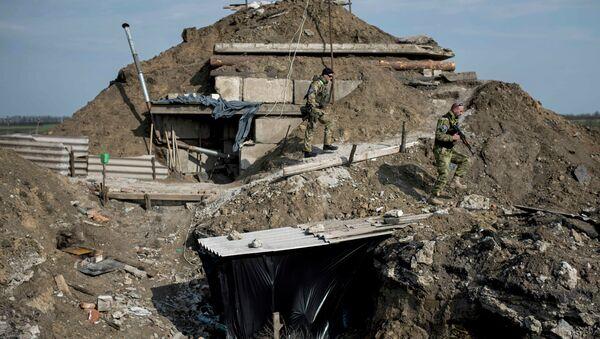 El Ejército ucraniano construye fortificaciones en la línea de separación - Sputnik Mundo