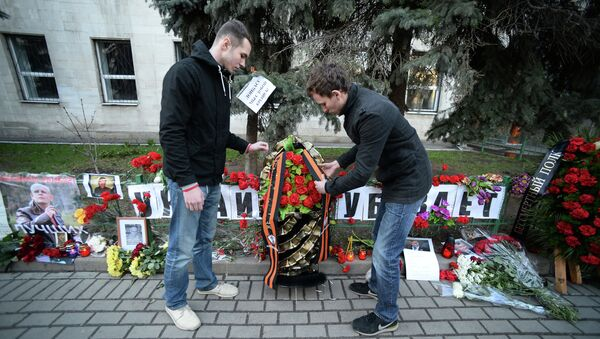 Homenaje a Oles Buzina cerca de la embajada de Ucrania en Moscú - Sputnik Mundo