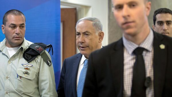 Israeli Prime Minister Benjamin Netanyahu (C) walks with his military secretary Eyal Zamir (L) into the weekly cabinet meeting at his office in Jerusalem April 19, 2015 - Sputnik Mundo