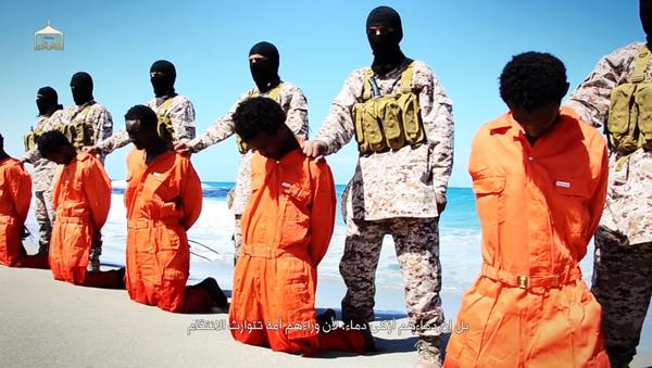 Estado Islámico publicó, este domingo, un nuevo video que demuestra la ejecución de unos 30 cristianos etiopios capturados en Libia - Sputnik Mundo