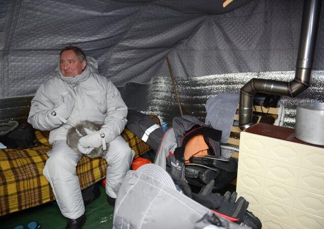 Dmitri Rogozin, vice primer ministro de Rusia, en la estación rusa Polo Norte-2015