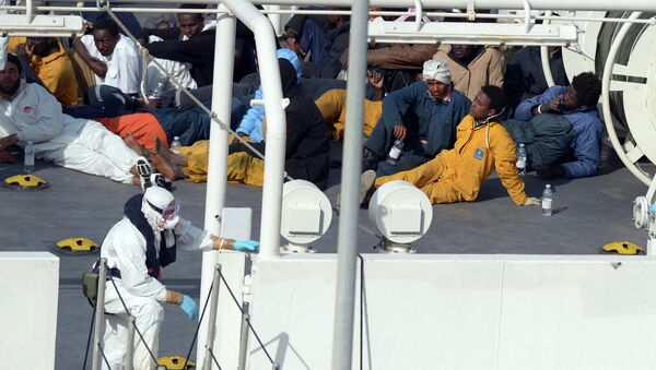 Survivors of an accident in which a fishing boat carrying migrants capsized off the Libyan coast, sit on the deck of the Italian Coast Guard vessel Bruno Gregoretti at Boiler Wharf, Senglea in Malta on April 20, 2015. - Sputnik Mundo