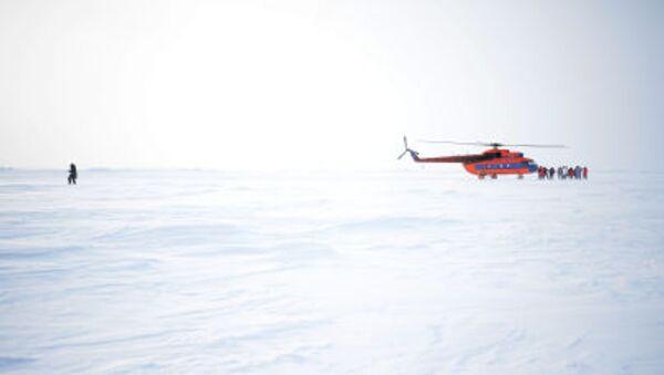Helicóptero en la estación rusa en el Ártico - Sputnik Mundo