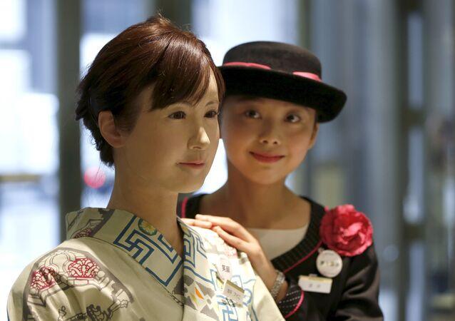 Robot androide Aiko Chihira (izda.)