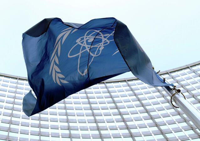 La bandera de la OIEA en Viena
