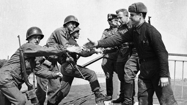 Encuentro entre soldados estadounidenses y soviéticos en el puente de Elba. Torgau, Alemania, 26 de abril de 1945 - Sputnik Mundo
