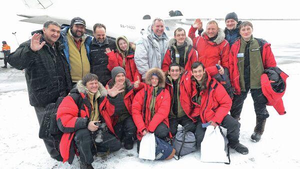 Dmitri Rogozin, vice primer ministro de Rusia, con los participantes de una expedición juvenil al Ártico, el 18 de abril, 2015 - Sputnik Mundo