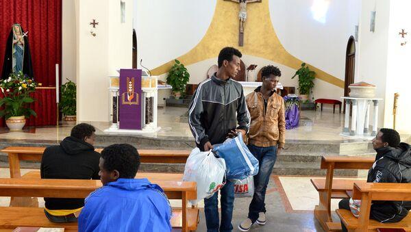 Inmigrantes eritreos en la iglesia de Lampedusa (Archivo) - Sputnik Mundo