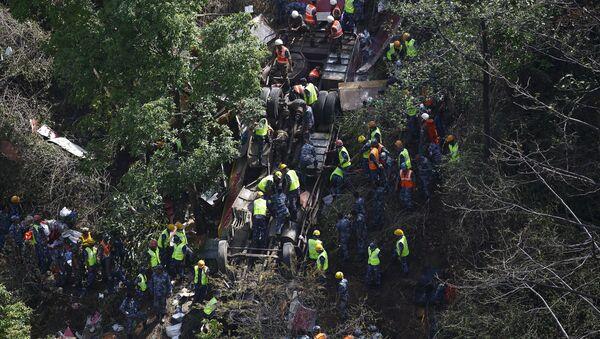 Al menos 17 muertos y 27 heridos en un accidente de autobús en Nepal - Sputnik Mundo